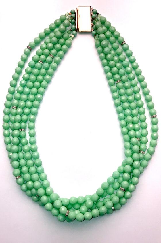 колие зелено, със златиста закопчалка