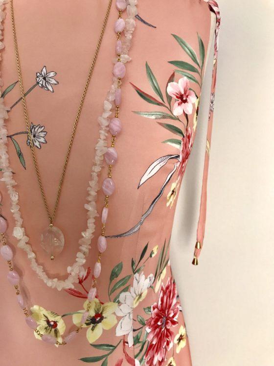 Рокля розова с флорални мотиви, разкроена в долната част